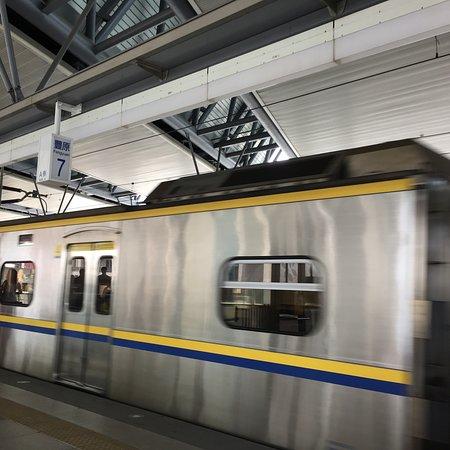 Fengyuan Railway Station: 二樓月台樣貌,有座位、遮陰跟通風都不錯。