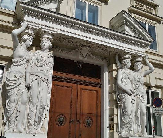 Palais Pallavicini: Caryatids at the entrance