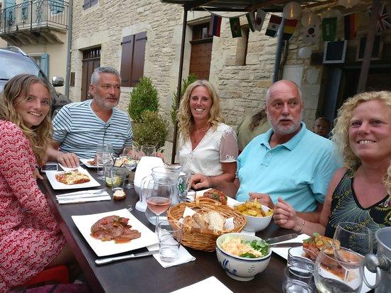 Degagnac, فرنسا: Vrijdagavond-gezelligheid op het dorpsplein met live muziek en...lekker eten.