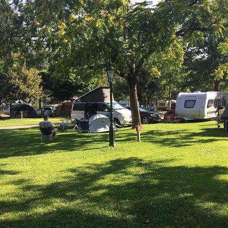 Volders, Αυστρία: Campeggio pulito e immerso nel verde. I gestori non sono per nulla cordiali