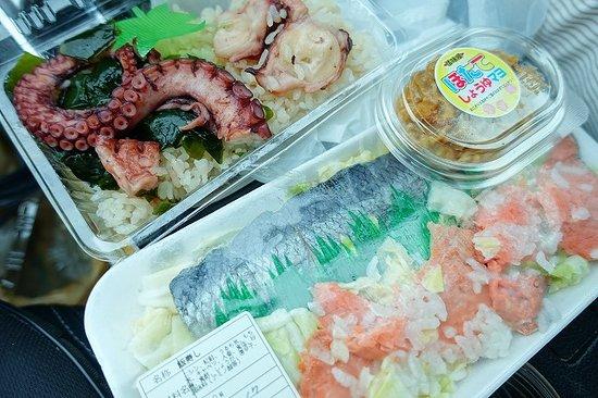 Fukaura Kasoseikayakimura Michi-no-Eki: タコ飯と飯鮨とホタテマヨと
