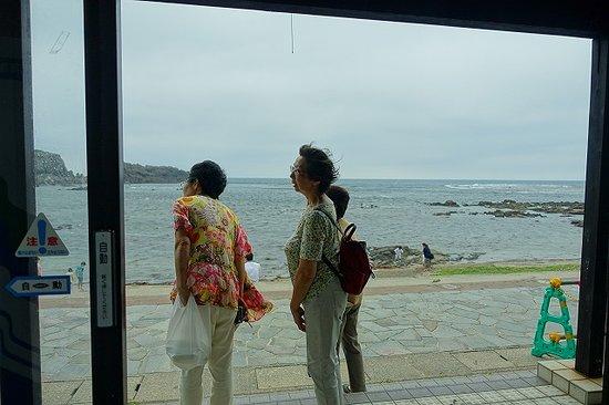 Fukaura Kasoseikayakimura Michi-no-Eki: ドアが開くとすぐ海