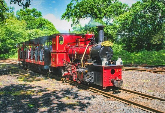 Stradbally, ไอร์แลนด์: Our resident steam locomotive No. 2 brings another full train back to the platform.