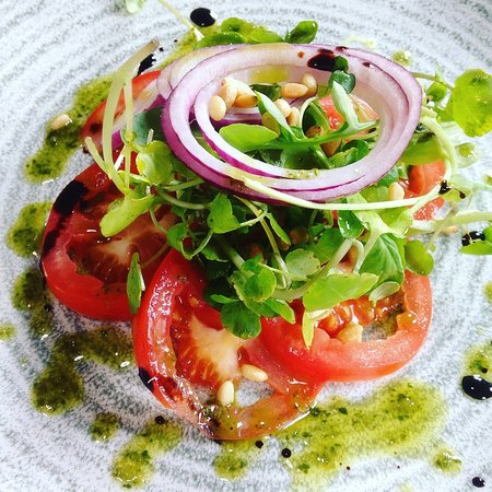 Eden Hall Day Spa: vegan tomato and pine nut salad