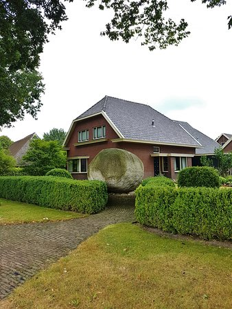 Gees, เนเธอร์แลนด์: Een van de grootste zwerfkeien van Nederland