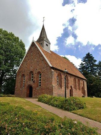 Kerkje van Zweeloo (13e eeuw) met offersteen bij de voordeur