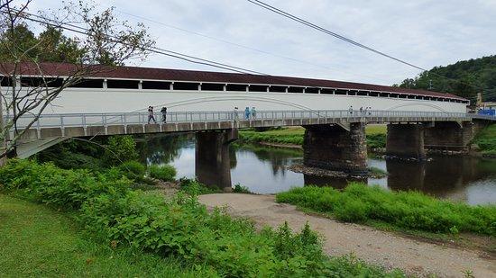 Philippi, Западная Вирджиния: Phillipi Covered Bridge from bank to bank