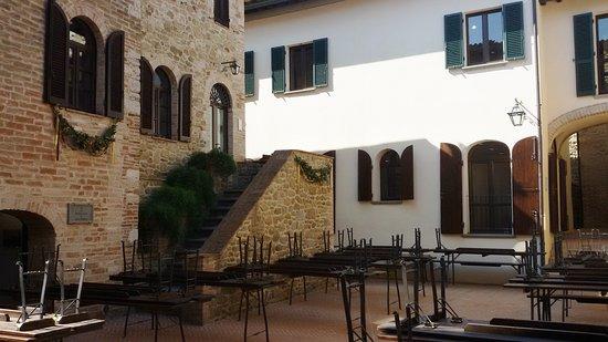Solomeo, Italie : Una corte