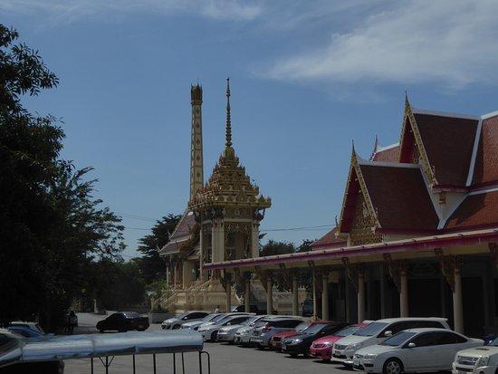Pak Kret, Thailand: Die Tempelanlage mit Parkplatz