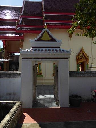 Pak Kret, Thailand: Der Eingang zum Tempelgelände