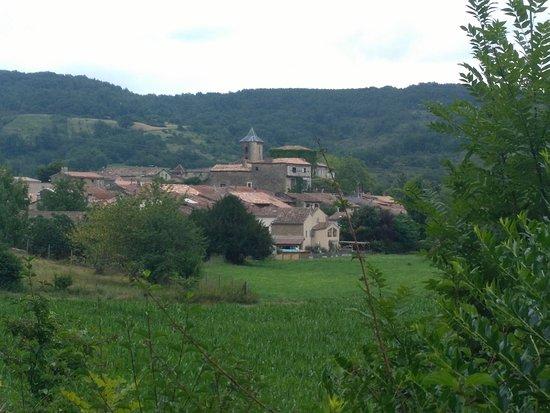 Camon, França: vue du village depuis la voie verte
