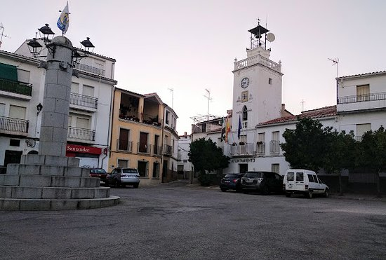 En la plaza del Ayuntamiento de Serradilla