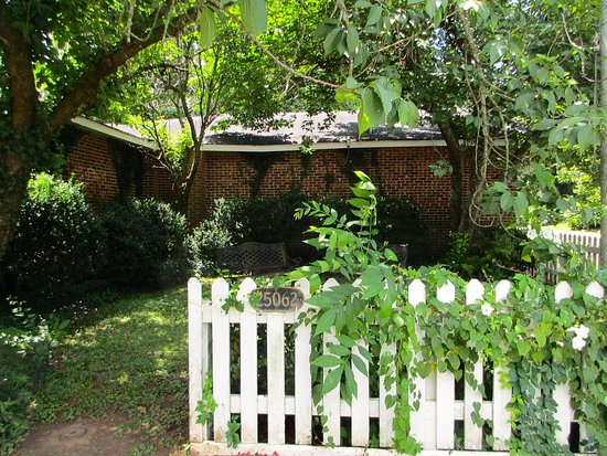 Mooresville, AL: Garden with benches