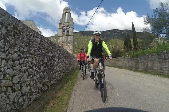 由MTB自行车的Korakiana村庄