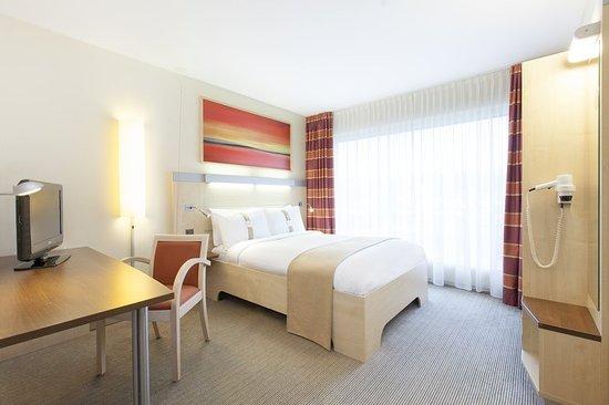 Holiday Inn Express Zurich Airport: Guest room