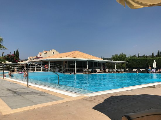 Kokolis Travel: From the lounger with the Pool Bar