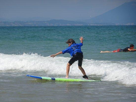 Experience Surf School (Manu Portet): Titouan ( 9 ans ) débutant cours de surf avec Manu