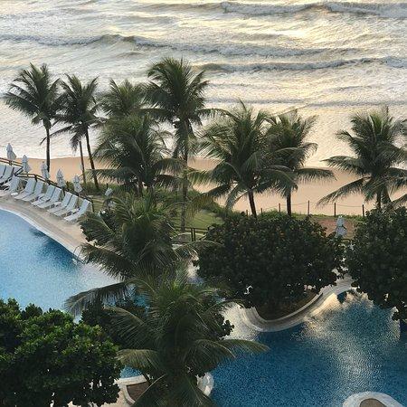 SERHS Natal Grand Hotel & Resort: Vistas da sacada do quarto e do deck da piscina, de onde se vê o morro do careca.