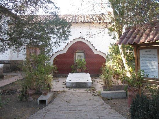 Curimon, Chile: Tumba en el patio del convento