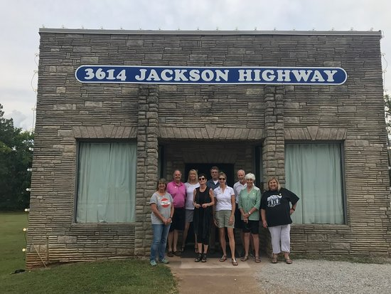 our group on our swampette tour at the muscle shoals sound studio