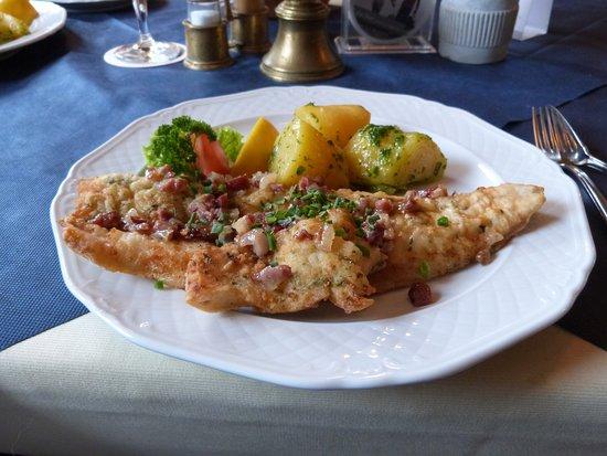 Altmunster, Austria: corégone (ou fera) en filet aux lard et aux oignons frits