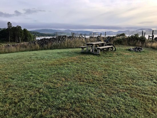 Trawsfynydd, UK: One of the many fire-pits and seating. Early morning mist looking out onto the reservoir.