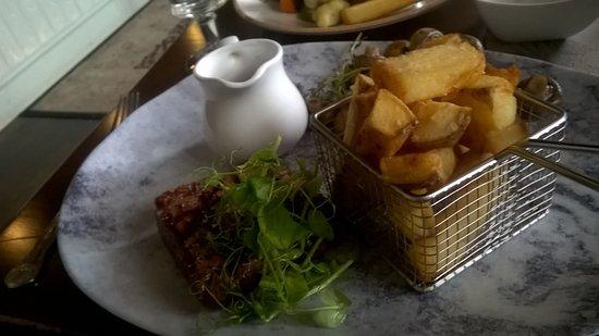 Blenkinsopp Castle Inn & Bistro: Beautiful Sirloin Steak a lot thicker than it looks with Pepper Sauce
