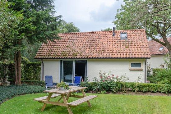 Langenboom, Pays-Bas : Blick vom Garten auf das Gästehaus der Villa Kelders