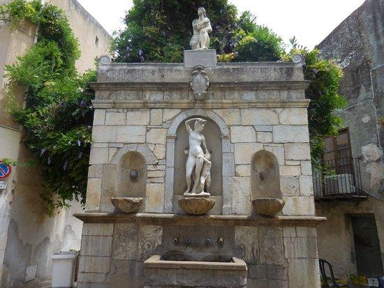 Castelbuono, Italie: Connue sous le nom i quatro cannola car elle a quatre becs