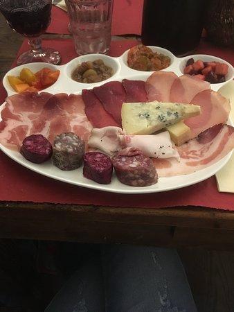 L'Osteria: Assiette di salumi e formaggi con vari contorni