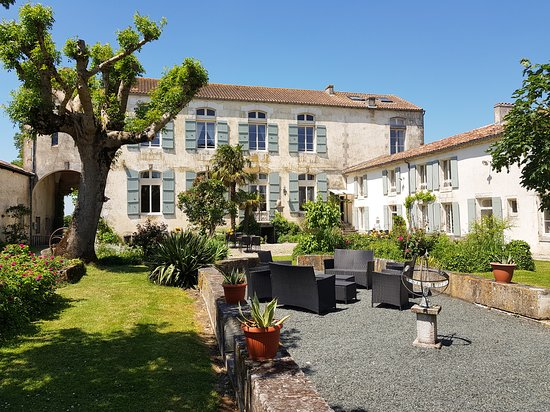 Asnieres-la-Giraud, Francia: Domaine de Chantageasse B&B and cottages with courtyard garden