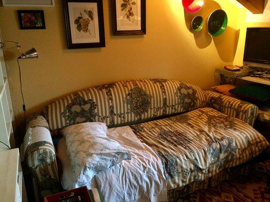Pila, Italia: Salottino con divano letto in mansarda