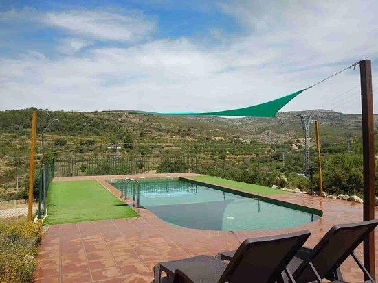 Vilar de Canes, Испания: Piscina y hamacas