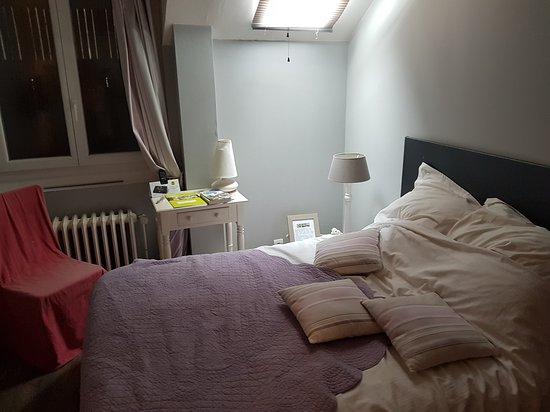 Milon-la-Chapelle, Francia: la chambre le matin au réveil (très éclairée)