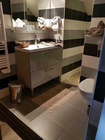 Milon-la-Chapelle, Francia: salle de bain ouverte sur la chambre