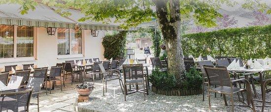 Admont, Austria: Unser schattiger Gastgarten bietet besonders im Sommer Platz zum Essen, Trinken und Relaxen