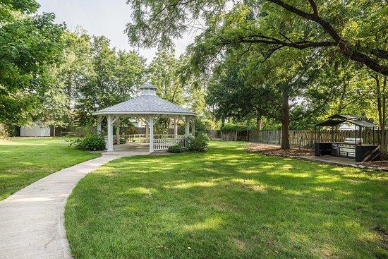 Fulton, MO: Loganberry Inn B&B garden and gazebo