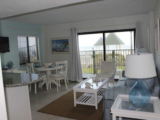 Tropical Suites Daytona Beach: 101 Living/Dining Area