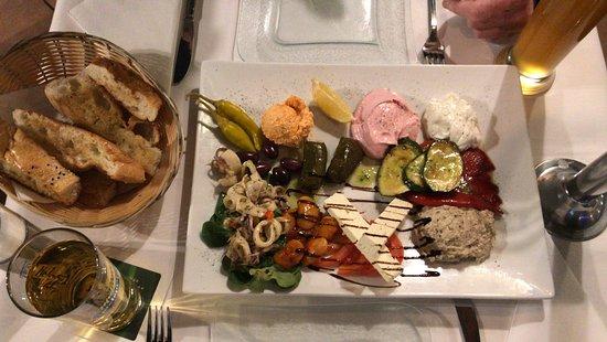 Taverna Santorini: das ist die sehr leckere Vorspeisenplatte, sehr gut für zwei Personen