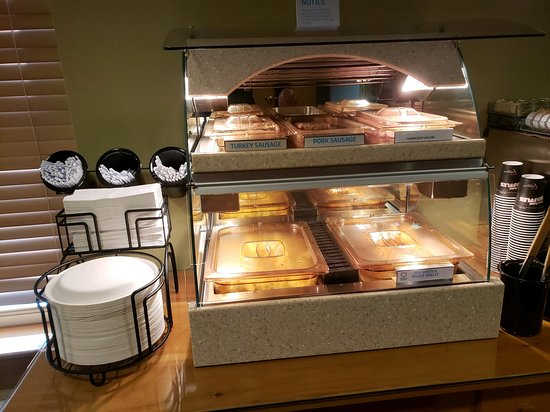 Elizabethtown, Pensilvania: Enjoy our selection of hot foods available with our complimentary breakfast.