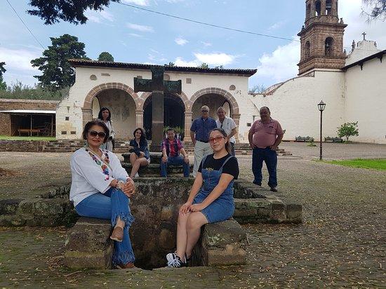 Museo Antiguo Convento Franciscano De Santa Ana de Tzintzuntzan: Pila bautismal se encuentra enfrente de la iglesia abierta