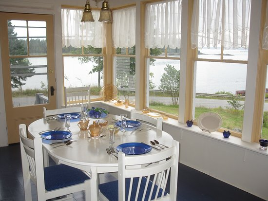 Deer Island, Canadá: Breakfast room with a view of the bay and Campobello Island in the distance