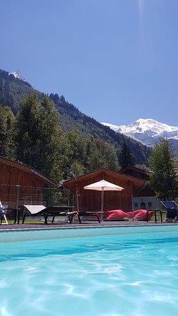 Buena piscina climatizada en exterior y vistas. Mala comida