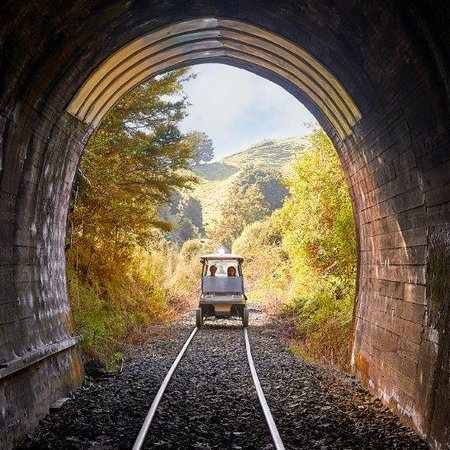 ‪‪Taumarunui‬, نيوزيلندا: Entering one of the tunnels on the Forgotten World Railway‬