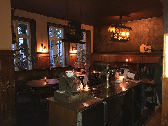 der Haupt-Gastraum an der Bar im alten Zolln