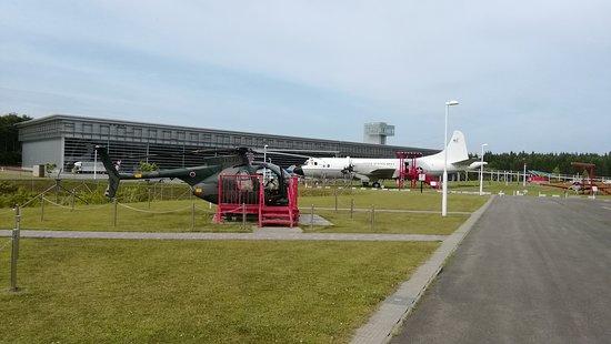 青森県立三沢航空科学館, 屋外展示 隣の軍区域からの搬入路も必見