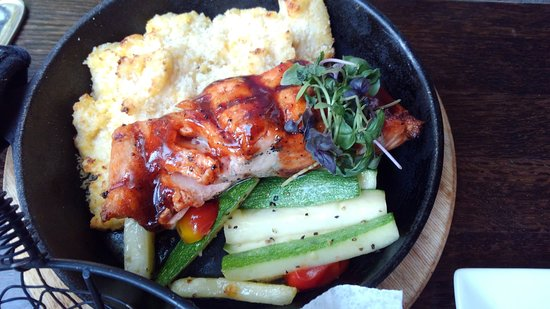 JoJo's Restaurant & Tap House: BBQ salmon with cheese grits and veggies