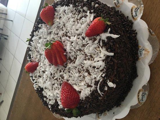 Cruzeiro, SP: bolo de coco com morango