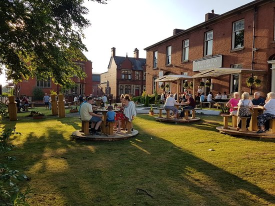 Chadderton Bar and Grill : Beer garden and function room