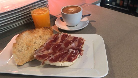 Quince Arrobas: Desayuno de chapata artesanal con jamón ibérico, café y zumo de naranja